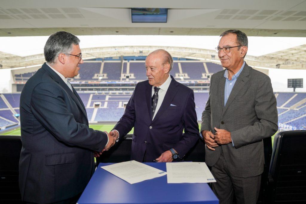 Jorge Nuno Pinto da Costa, presidente do Futebol Clube do Porto, assinou o contrato pelo clube, ao passo que da parte do Placard.pt esteve presente Paulo Mateus Calado, vice-presidente executivo da SAS Apostas Sociais.